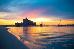 Warme zonsopgang op de kust die de Atlantische Strandbrug overzien Royalty-vrije Stock Foto