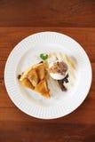 Warmer Apfelkuchen mit Eiscreme Stockbild