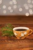 Warmer Feiertagskaffee/-tee - bereiten Sie für Freunde und Familienfestlichkeiten vor Lizenzfreie Stockbilder