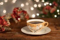 Warmer Feiertagskaffee/-tee - bereiten Sie für Freunde und Familienfestlichkeiten vor Stockfoto