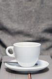 warmer Kaffee in einer weißen Kaffeetasse auf einer hellgrauen Tabelle draußen Lizenzfreies Stockfoto