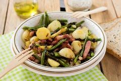 Warmer Kartoffelsalat mit grünen Bohnen und Speck lizenzfreies stockbild