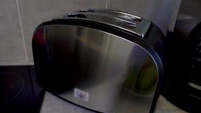 Warmer knusperiger Toast zwei mit gebratenem des Toasters synchron herausspringen der Kruste stock footage