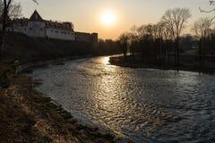 Warmer Landschaftssonnenuntergang in einem Fluss mit einem laufenden Quellwasser in Bauska, Lettland, 2019 lizenzfreies stockfoto