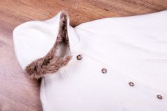 Warmer Mantel für eine Frau stockfotografie