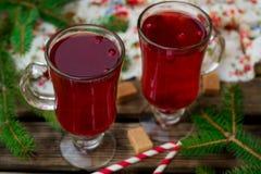 Warmer süßer schwarzer Tee mit Moosbeeren für Winter stockbilder
