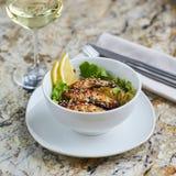 Warmer Salat mit Aal und Reis Stockfoto