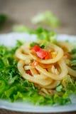 warmer Salat mit gebratenem Calamari Lizenzfreies Stockbild