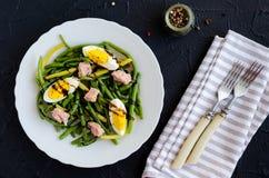 Warmer Salat mit gekochten grünen Bohnen, Thunfisch und gekochten Eiern Stockbilder