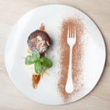 Warmer Schokoladenkuchen Fondant mit Eiscremeball, Mandel, Minze, c Lizenzfreies Stockfoto