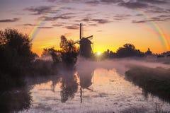 Warmer Sonnenaufgang der nebelhaften und regnerischen Windmühle stockbilder