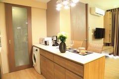 modernes wohnzimmer in der eigentumswohnung mit stadt ansicht stock abbildung illustration von. Black Bedroom Furniture Sets. Home Design Ideas