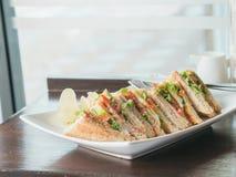 Warmer Ton des Stapels des Sandwiches auf hölzerner brauner Tabelle nahe dem Br Stockfotos