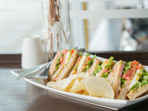 Warmer Ton des Stapels des Sandwiches auf hölzerner brauner Tabelle nahe dem Br Lizenzfreies Stockbild