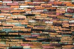 Warmer Tonbacksteinmauer-Beschaffenheitshintergrund, alt, schmutzig und Schmutz b Stockfotos