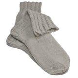 Warmes Grau strickte woolen Socken, große ausführliche lokalisierte Makronahaufnahme, graues Wollgemisch-Paardetail stockbilder