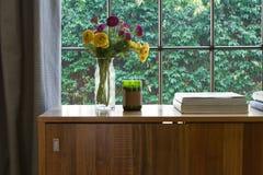 Warmes Innenschauen auf eine grüne Heckengartenaussicht Stockfotos