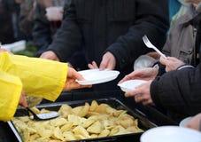 Warmes Lebensmittel für die Armen und den Obdachlosen stockfotografie