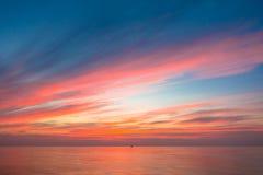 Warmes Licht des brennenden orange Sonnenunterganghimmels mit den Wolken, schön Lizenzfreie Stockfotos