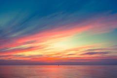 Warmes Licht des brennenden orange Sonnenunterganghimmels mit Wolken, Lizenzfreie Stockfotos