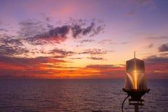 Warmes Licht des brennenden orange Sonnenunterganghimmels mit Wolken auf dem Meer Beauti Stockfotos