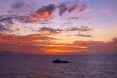 Warmes Licht des brennenden orange Sonnenunterganghimmels mit Wolken auf dem Meer Beauti Lizenzfreies Stockbild