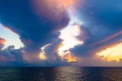Warmes Licht des brennenden orange Sonnenunterganghimmels mit Wolken und Meer, Beautifu Lizenzfreies Stockbild