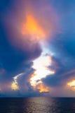 Warmes Licht des brennenden orange Sonnenunterganghimmels mit Wolken und Meer, Beautifu Lizenzfreies Stockfoto