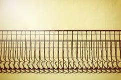 Warmes Licht mit Schatten auf Wand Stockfoto
