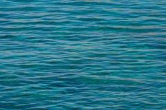 Warmes Meerwasser der Smaragdfarbe mit Sonnenhöhepunkten stockfoto