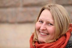Warmes Porträt einer glücklichen authentischen Frau stockfoto