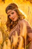 Warmes Sommerdunstsiebziger-Hippiemädchen im grainfield Stockbild