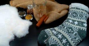 Warmes Teeambiente mit Kerze und Leinwand am hölzernen Hintergrund stockfoto