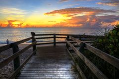 Warmes Wasser Florida wässert Sonnenaufgänge mit einzigem Fischer lizenzfreie stockfotografie