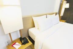 Warmes weißes Schlafzimmer Lizenzfreies Stockfoto