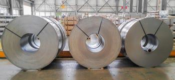 Warmgewalste staalrol, pickel en oli?end in productie, industrieel Metaalblad stock fotografie