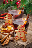 Warming mulled wine, spices and gingerbread cookie Royalty Free Stock Photos