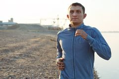 Warming-up молодого человека на раннем утре Стоковая Фотография RF