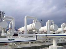 Warmtewisselaars in een raffinaderij stock fotografie