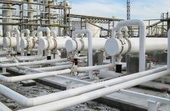 Warmtewisselaars in raffinaderijen Het materiaal voor olieraffinage Warmtewisselaar voor brandbare vloeistoffen De installatie vo stock afbeeldingen