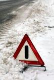 Warndreieck an der schneebedeckten Straße. stockfoto