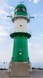 WARNEMUNDE, ALEMANIA - CIRCA 2016: Un faro del verde dirige las naves a esta ciudad alemana popular del puerto del día de fiesta  foto de archivo libre de regalías