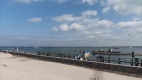 Warnemunde, Duitsland - Mei 12, 2018: De haveningang van Warnemunde in de Oostzee dichtbij de stad van Rostock stock videobeelden