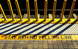 Warnen auf Bahnplattform Stockbilder