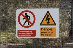 Warnen auf britischer Schiene Stockbilder