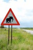 Warnen des Verkehrsschildes - Elefanten auf der Straße Stockbilder