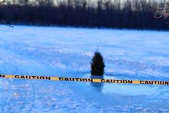 Warnen oder Vorsichtzeichen des Ertrinkens, gefrorener See Stockbild