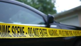 Warnen Sie Band für eine polizeiliche Untersuchung nahe einem Fahrzeug oder einem parkendes Auto stock video