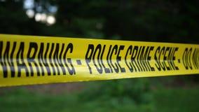 Warnen Sie Band für eine polizeiliche Untersuchung nahe einem lokalen Naturpark oder einer Waldfläche V2 stock footage