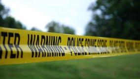 Warnen Sie Band für eine polizeiliche Untersuchung nahe einem lokalen Naturpark oder -Waldfläche stock footage